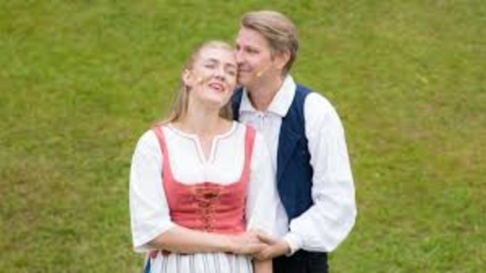 Rollerna som som den rike bondsonen Erik och torparflickan Anna spelas av Ole Bang och Emelie Hebbe.