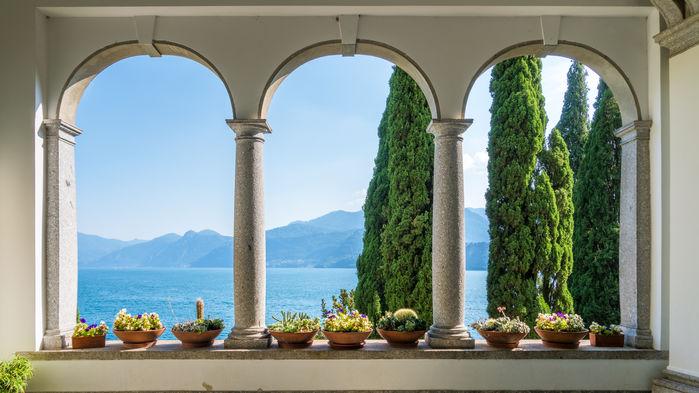 En båtresa på sjön Lago di Como tar oss till Varenna och den botaniska trädgården vid Villa Monastero. På terrasserna växer exotiska arter, och i parken finns statyer, små tempel, brunnar och källor. En spännande blandning av botanik och förfinad historisk arkitektur väntar besökaren.