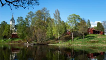 Sagolika Sunne ligger naturskönt mellan sjöarna Övre Fryken och Mellan-Fryken. Många betydelsefulla kulturpersonligheter kommer från trakten, t.ex. Selma Lagerlöf, författaren Göran Tunström och  konstnärerna Karin och Marc Broos.
