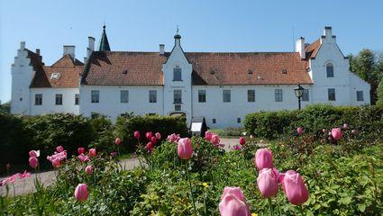 På Bosjöklosters Slott visar greve Thord Bonde slottet och de vackra trädgårdarna med rosengården.