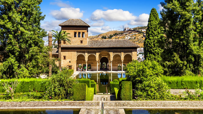 Staden Granada ligger vid foten av bergskdjan Sierra Nevada. Staden har många sevärdheter, den främsta är det arabiska palatset Alhambra, där antalet besökare numera är kvoterat.