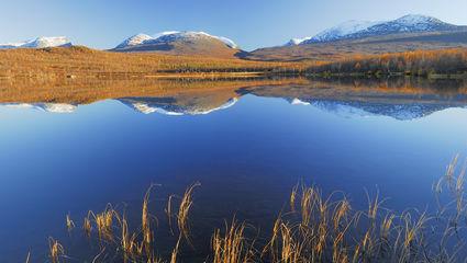 I Lappland är kontrasterna många och vackra. Vintertid lockar norrskenet och på sommaren möter vi Midnattssolen som gör att dygnet känns oändligt.